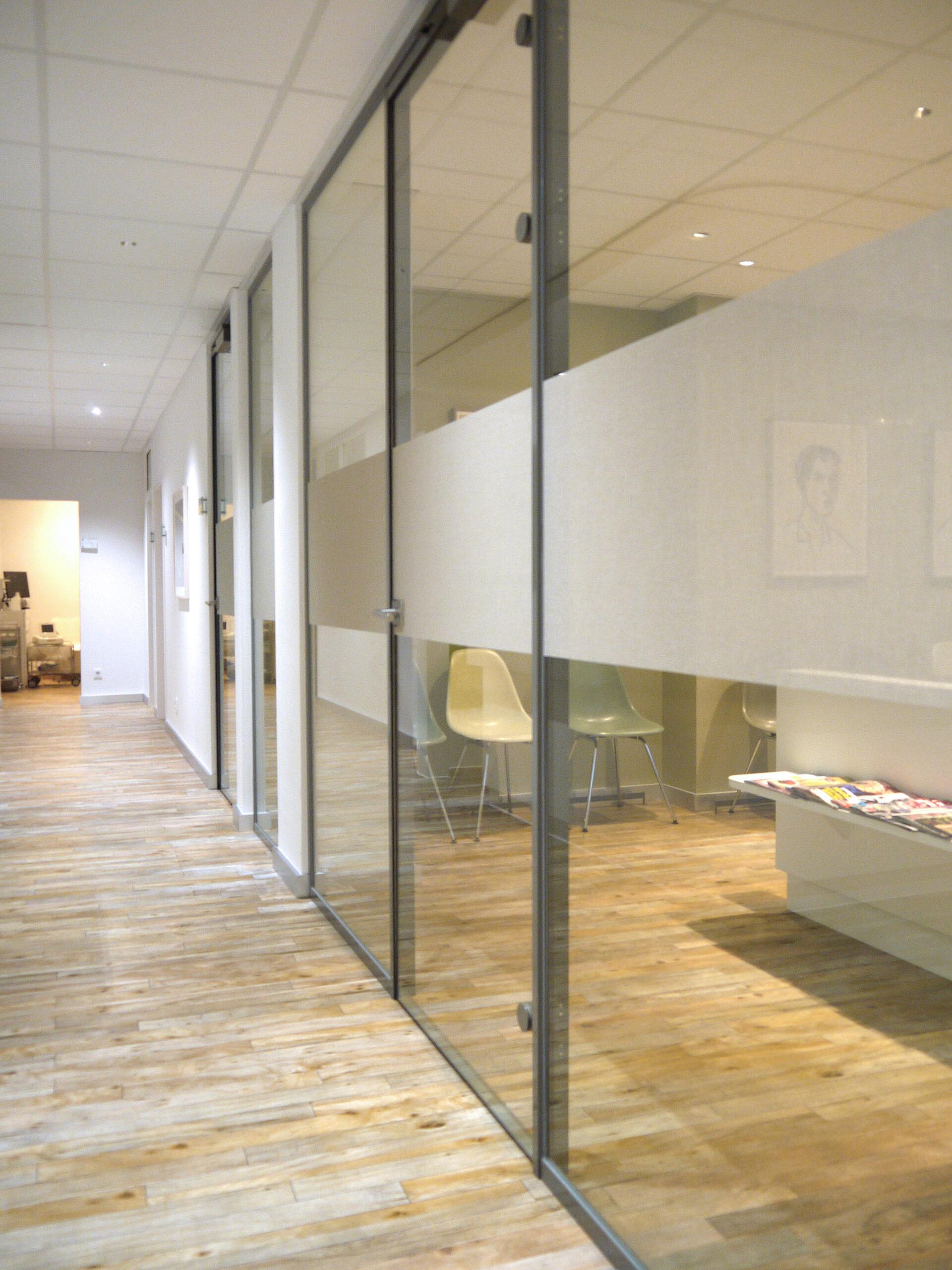 Squid® ist ein selbstklebender, transparenter Textilstoff und kann als Alternative zur Glasdekorfolie verwendet werden.